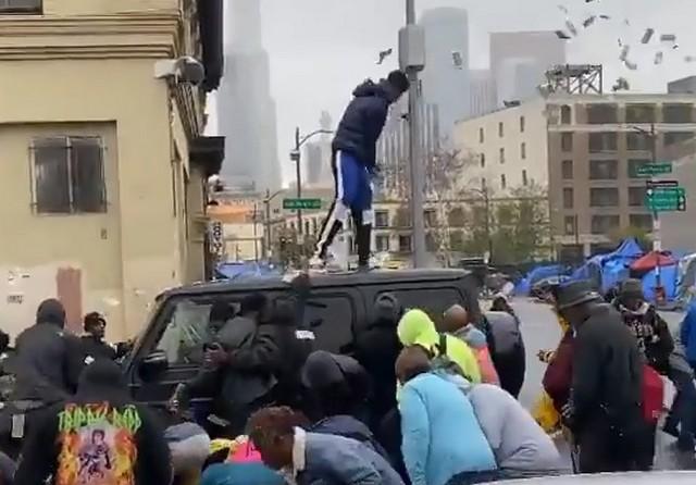 Американский рэпер устроил давку, разбрасывая деньги на улице