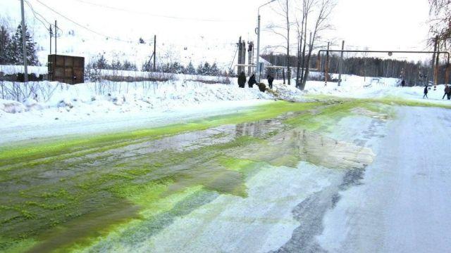 Ничего необычного, просто с зеленый снежок в Свердловской области (3 фото)