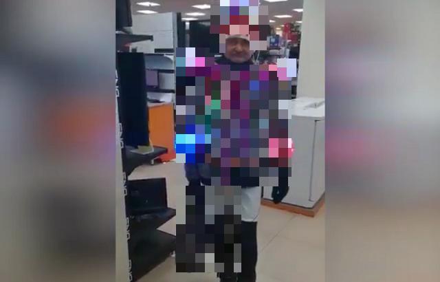 Новогодний дедушка-киборг наведался в магазин техники