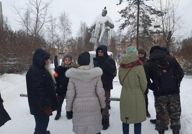 Бабушка из Архангельска собрала митинг против Марка Рокфеллера (5 фото)
