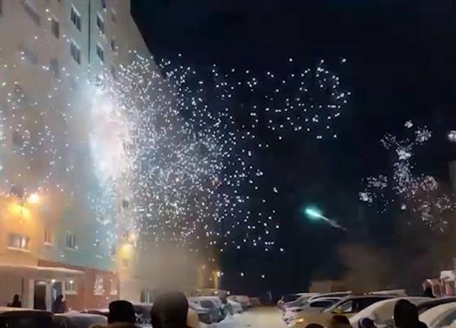 Как во дворах Уфы и Новосибирска салюты взрывали (2 видео)