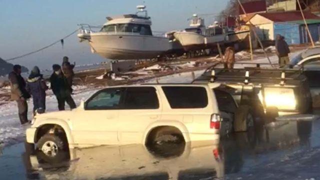 Во Владивостоке под лед провалилось 30 автомобилей (2 видео)