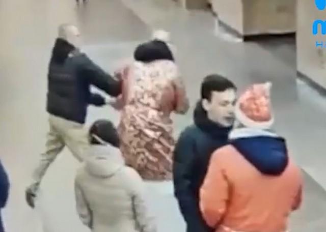 Драка в питерском метро вокруг Деда Мороза и Санта-Клауса попала на видео