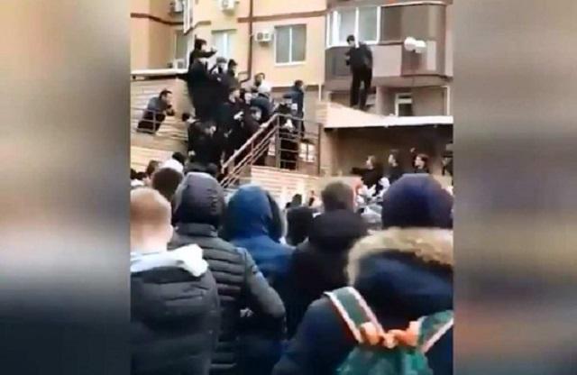 Сын чеченского чиновника забросал людей деньгами и спровоцировал давку (2 видео)