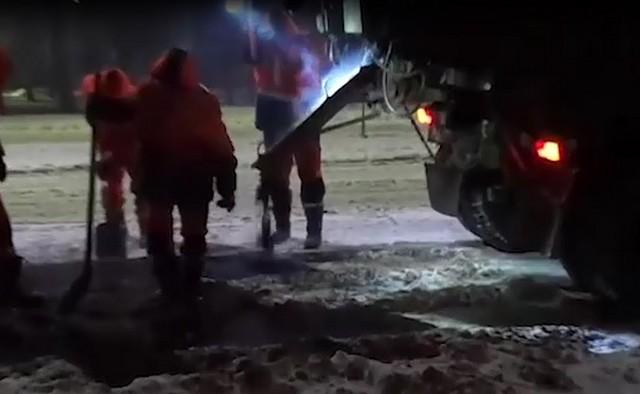 Рабочие Вологды вышли ремонтировать дороги, хотя на улице снег