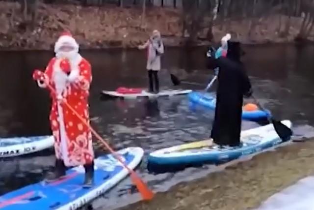 В Петербурге настолько тепло, что Дед Мороз решил поплавать