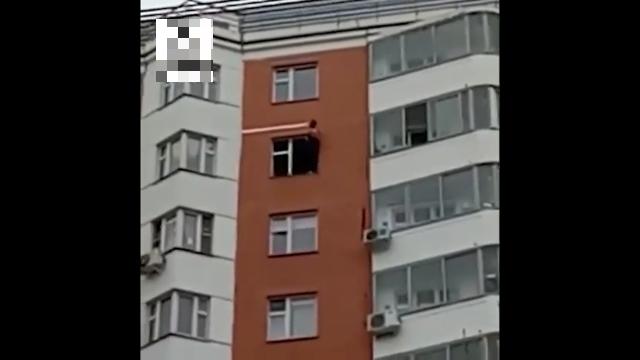 """""""Зовите репортеров"""": в Москве парень вылез из окна и требовал приезда СМИ"""