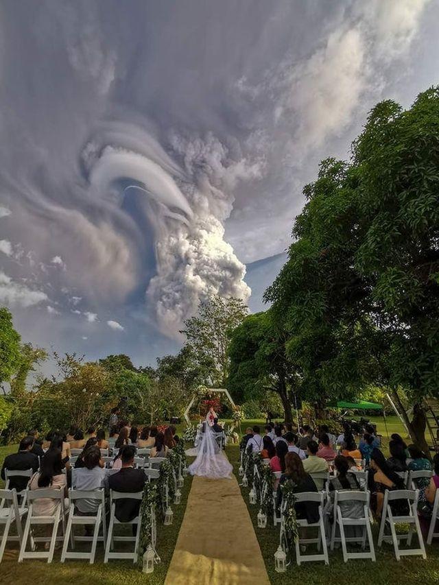 На Филиппинах провели свадебную церемонию на фоне извергающегося вулкана Тааль (5 фото)