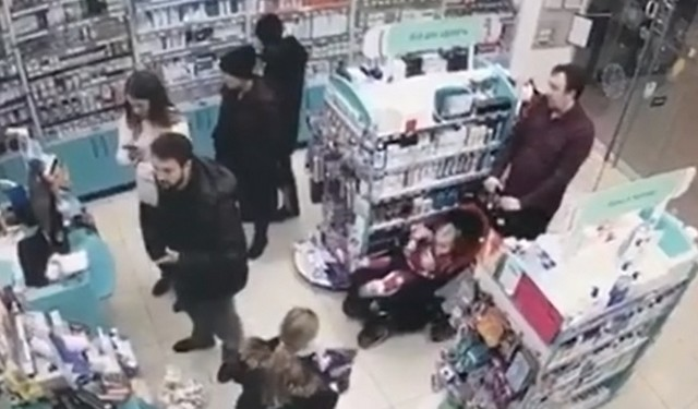 Что этот ребенок ворует в магазине?