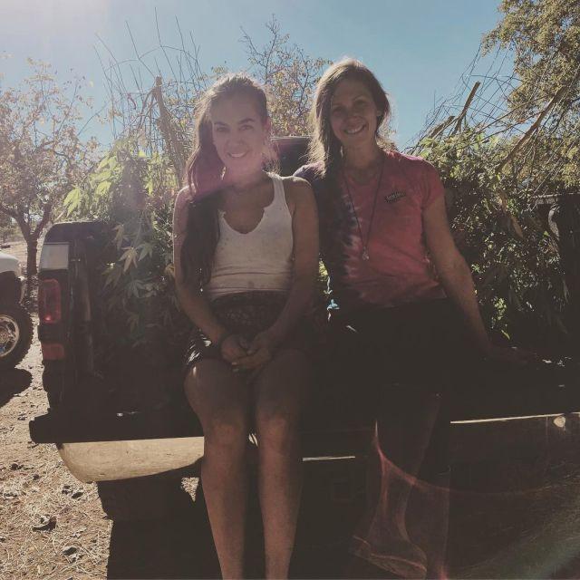 Райская жизнь 3 подруг из Калифорнии: девушки выращивают коноплю, пасут коз и отбиваются от медведей (21 фото + видео)
