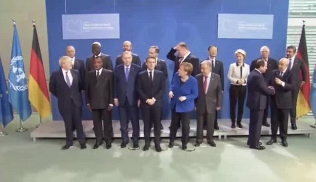 """""""А где Путин?"""":  Эммануэль Макрон и Ангела Меркель потеряли российского президента"""