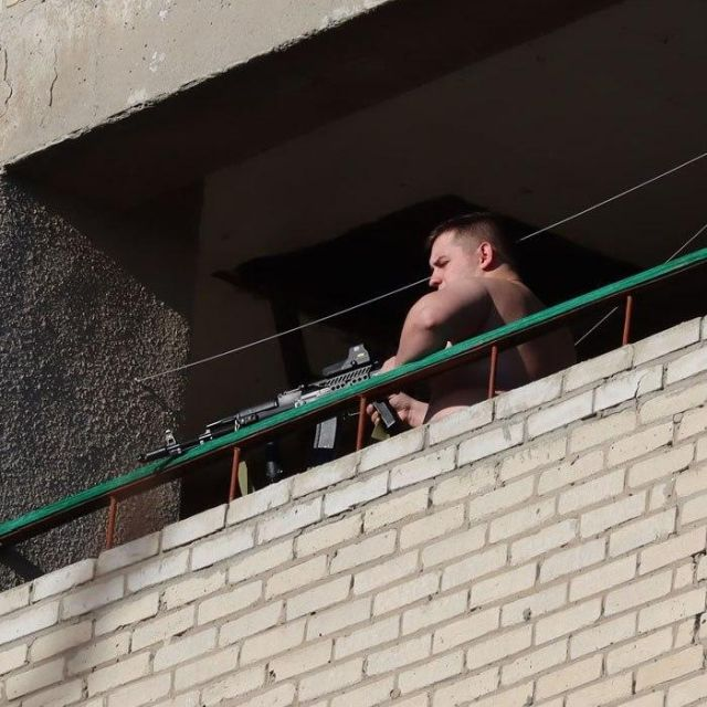 "В Таганроге два ""снайпера"" стреляли по людям и машинам с балкона (4 фото + видео)"