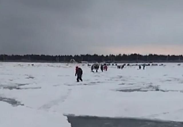 На Сахалине льдина с сотнями рыбаков оторвалась от берега (2 видео)