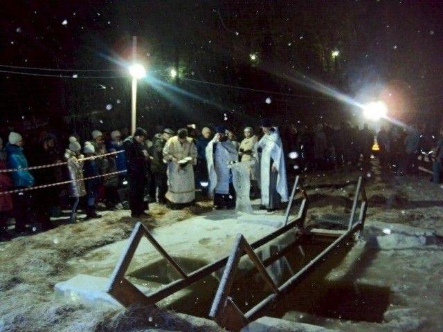 Срамота-то какая: в Костроме девушка пришла на крещенские купания в стрингах и разгневала народ (2 фото)