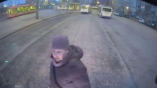 Мужчина из Санкт-Петербурга решил угнать троллейбус, но его остановила женщина