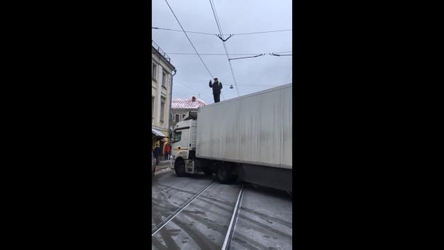 В центре Москвы водитель фуры устроил протест