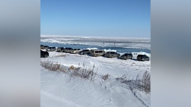 Не опять, а снова: на Сахалине оторвалась льдина с шестью сотнями рыбаков (2 видео)