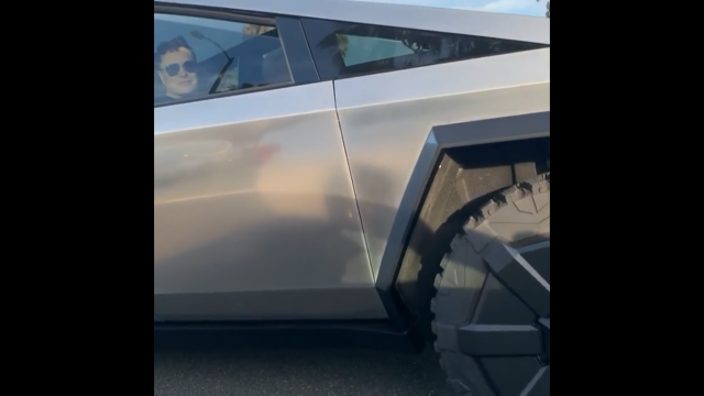 Илон Маск рассекает по дорогам Калифорнии на Cybertruck