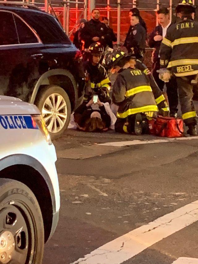 В Нью-Йорке прохожие подняли автомобиль, чтобы спасти женщину