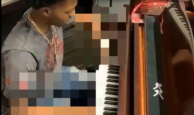 Внимательно посмотрите на руки этого музыканта