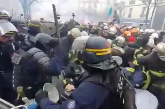 Жесткое столкновение «желтых жилетов» и властей Франции