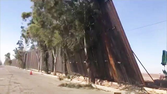 """Часть """"стены Дональда Трампа"""" не выдержала сильного ветра и обрушилась"""