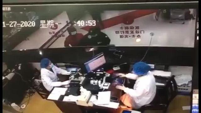 В Сяогани больной мужчина намеренно стал кашлять на врачей