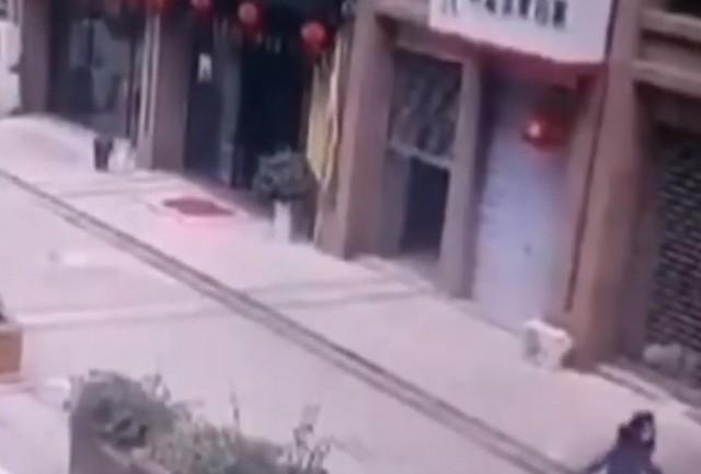 Дорога взлетела на воздух, после того как девочка бросила петарду в канализацию