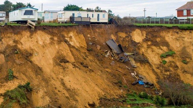 Из-за огромного оползня в Великобритании дома чуть не упали с обрыва (7 фото)