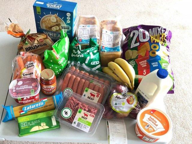 Бабушка из Австралии решила провести эксперимент: сколько можно купить еды вместо пачки сигарет? (3 фото)