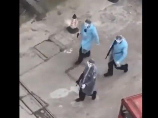 В Китае заметили подозрительных вооруженных людей в халатах и масках