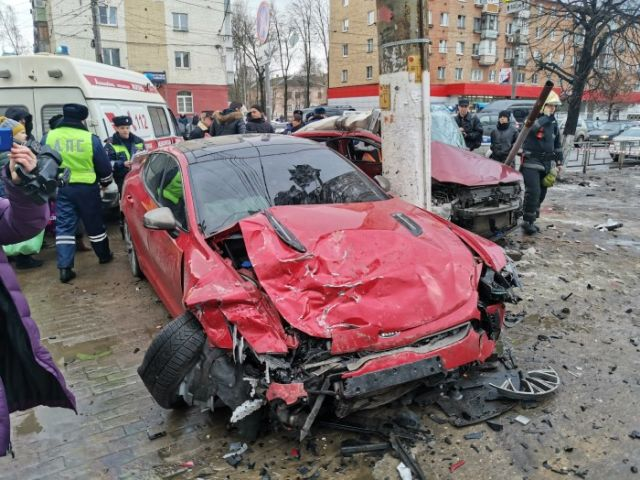 В Твери два автомобиля влетели в пешеходов (3 фото + 2 видео)