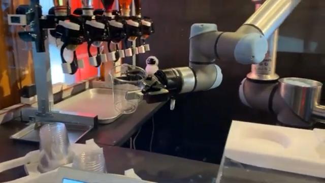 Будущее уже наступило: в Японии заработал робот-бармен