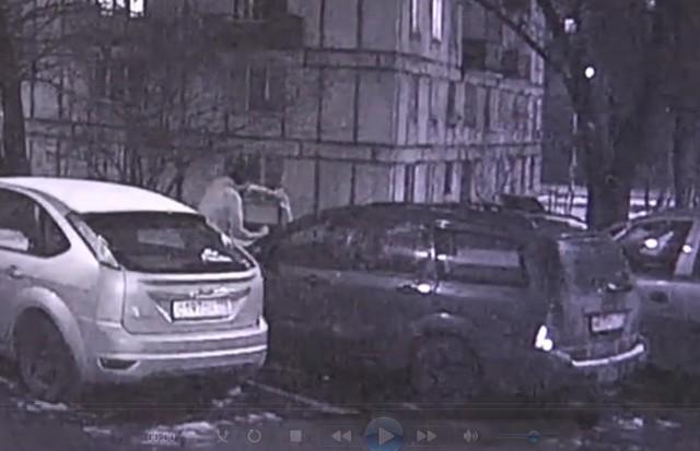 Москвича вежливо попросили не шуметь, а он в ответ сжег автомобиль
