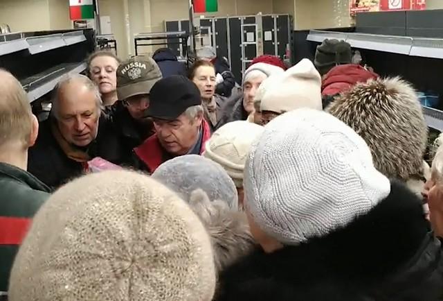 В Петербурге закрывается сеть магазинов – за продукты идут бои