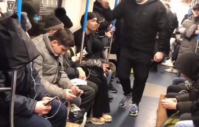 Москвич разыграл людей в метро: они подумали, что у него коронавирус