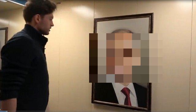 В лифте московского подъезда повесили портрет Владимира Путина