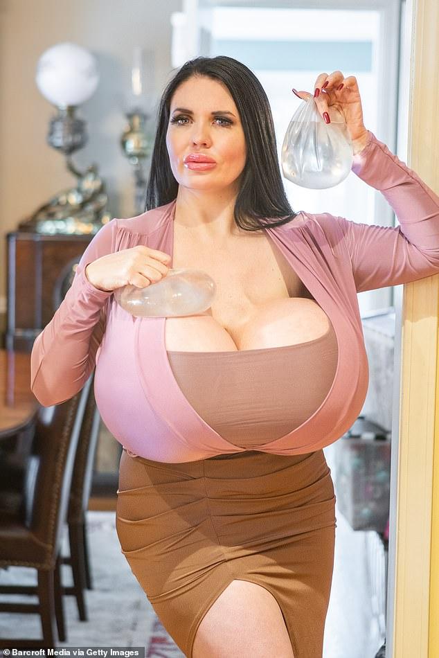 Фокси Менаджер - 42-летняя дама, которая захотела стать Джессикой Рэббит (10 фото)