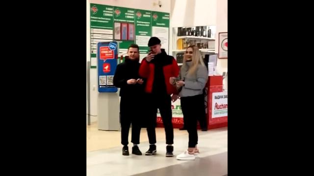 """Полицейские из Нижнего Новгорода заинтерисовались блогером, который """"выгулял"""" почти нагую девушку"""