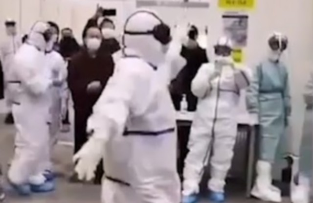 Медсестры устроили танцы для больных коронавирусом