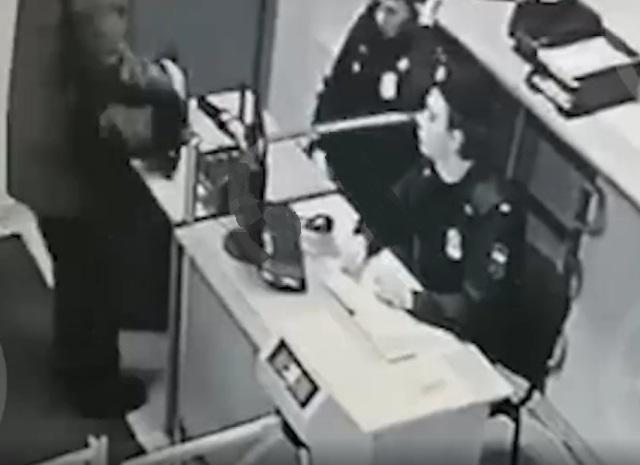 Появилось видео с камер видеонаблюдения, на котором Виктор Свиридов проходит досмотр в Чертановском суде