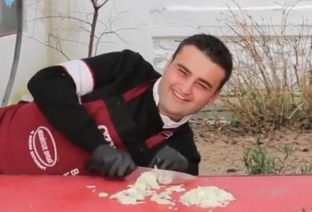 Турецкий повар Бурак Оздемир сделал пельмешки без спешки