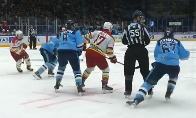 Хоккеист Андрей Ермаков «срубил» судью на льду
