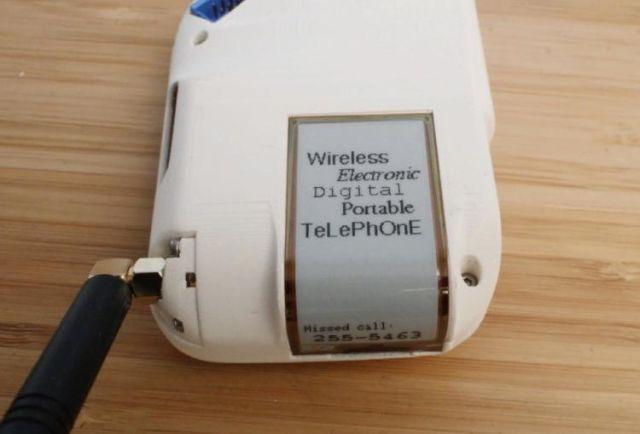 Долой смартфоны: Инженер создала вращающийся сотовый ретро-телефон (3 фото)