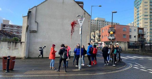Неужели Бэнкси: в Великобритании появилось граффити в честь Дня святого Валентина (10 фото)