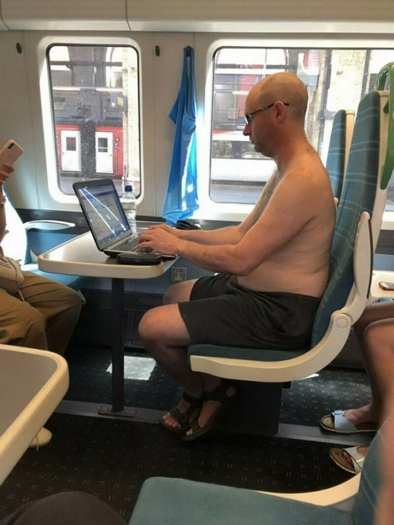 полуголый мужик в поезде