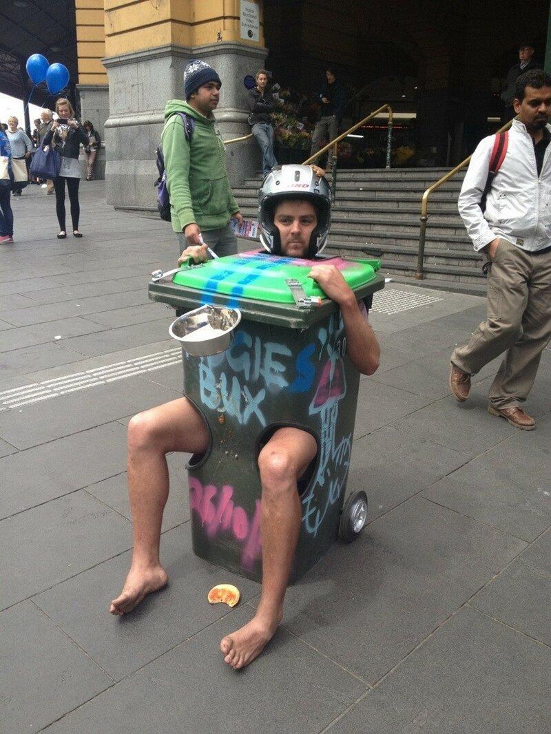 мужчина в мусорном контейнере
