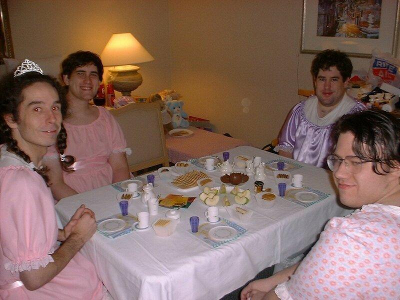 парни в розовых платьях