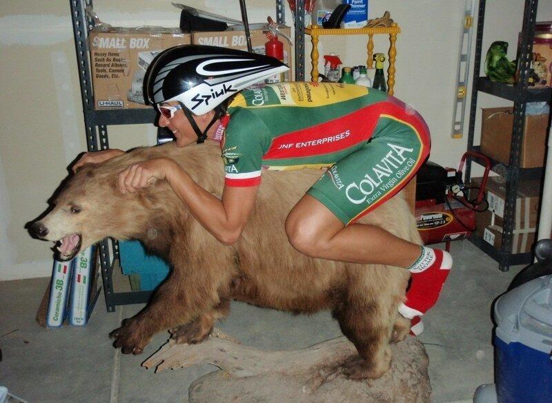 велосипедист верхом на медведе