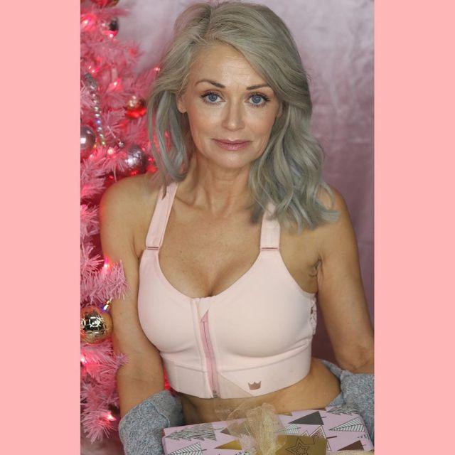 Кэти Джейкобс на розовом фоне